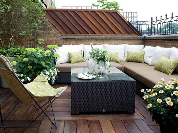 Terraza decorada con cojines