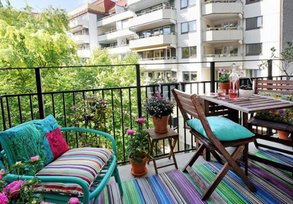 Terraza decorada con estilo rústico y colorido