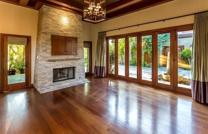 Chale un vistazo a la casa que vende mel gibson for Living room y sus partes
