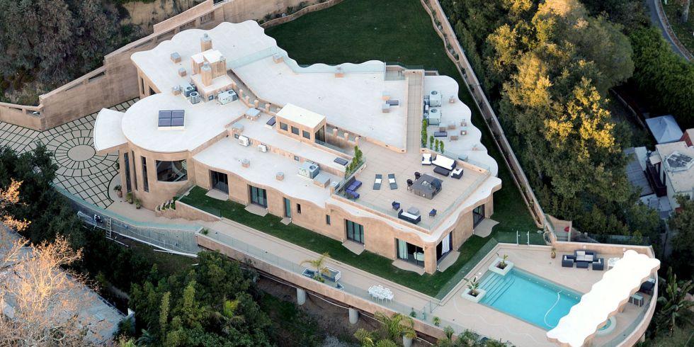El lote de la propiedad abarca una extensión superior a los 3,000 metros