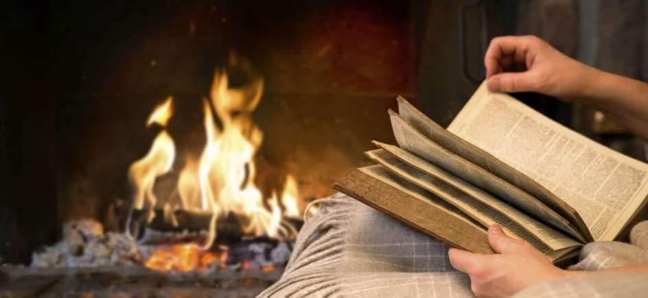Una chimenea en frente del rincón de lectura
