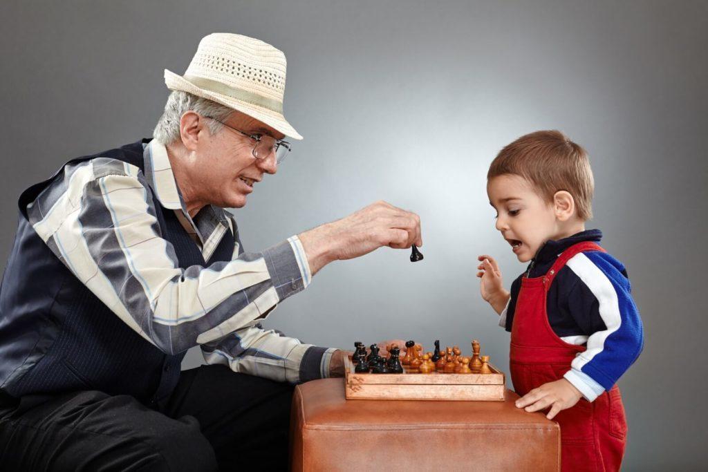 Disfruta con tus abuelos de una partida a las cartas