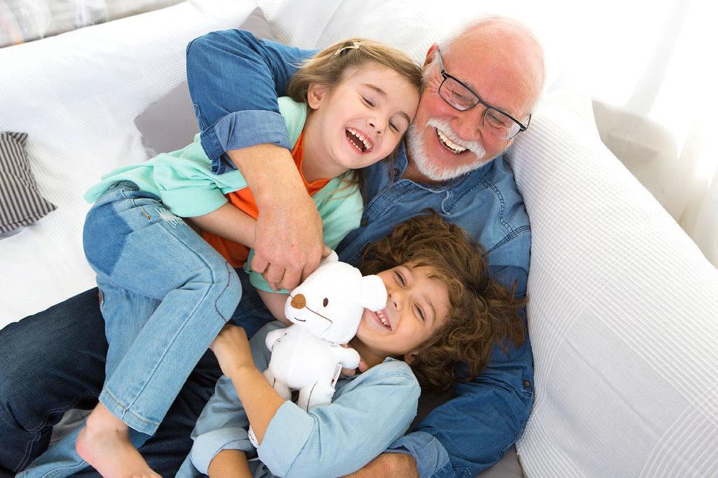 Cómo funcionan las relaciones entre nietos y abuelos